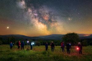 účastníci fotokurzu na Šumavě fotí hvězdy