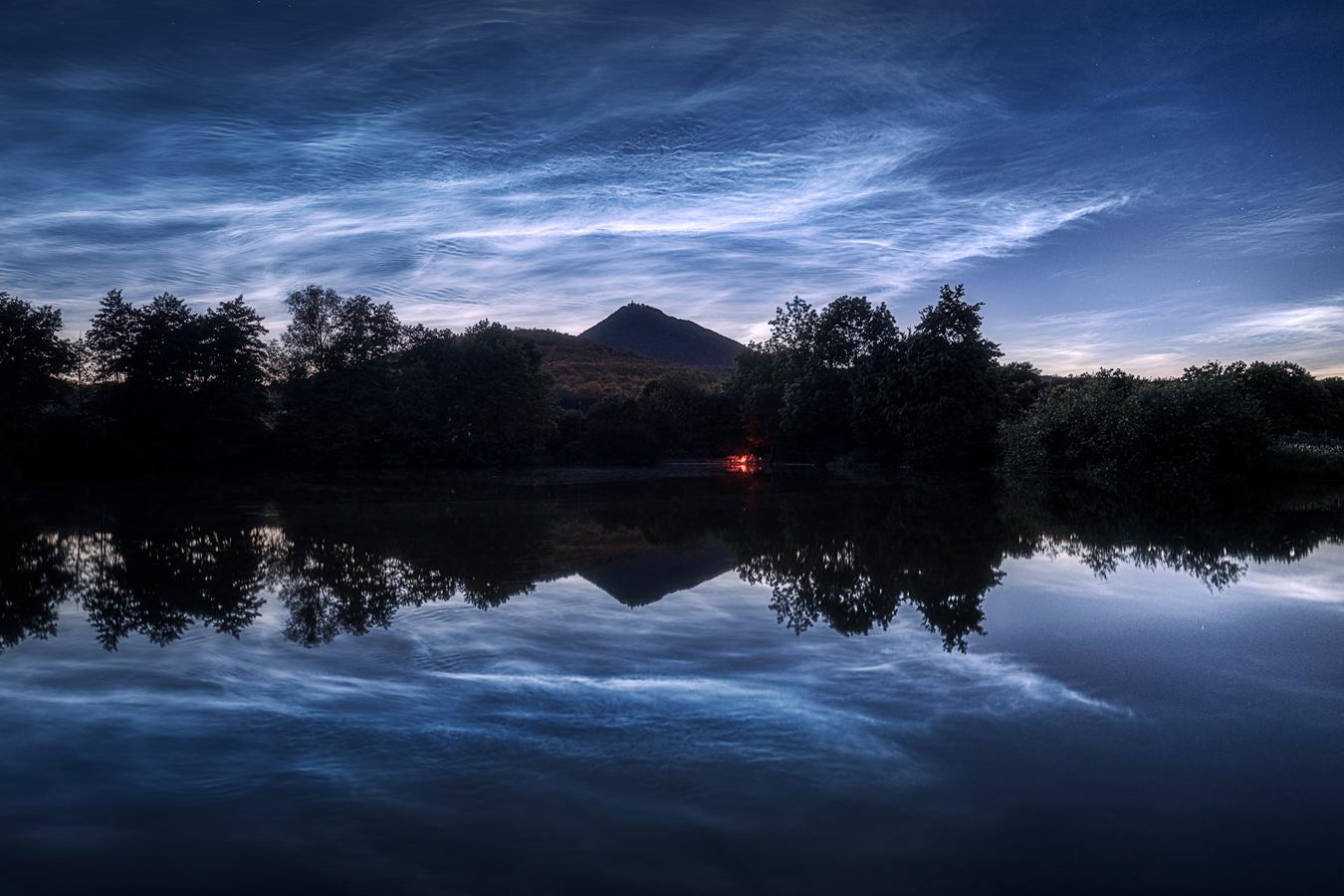 Milešovka s nočními svítícími oblaky